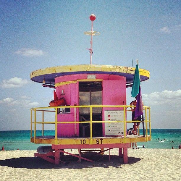 Colores fluor y art decó por todas partes. También en la playa. Fuente: http://letsbuildahome.fr/